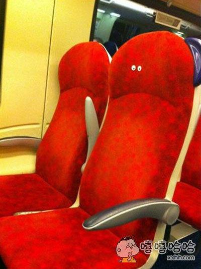 网友坐车的时候遇到了一位热情好客的椅子跟他打招呼