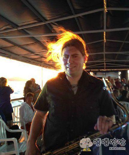 一看以为这位萨克斯大叔为了拍照而点燃了自己的头发